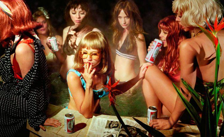 Fotografía publicitaria de cerveza por Alex Prager