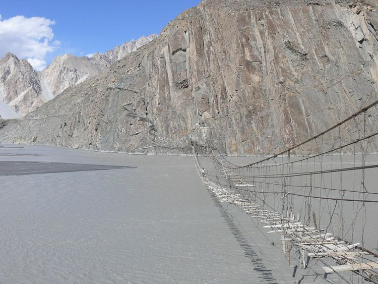 Puente que cruza el río Hunza
