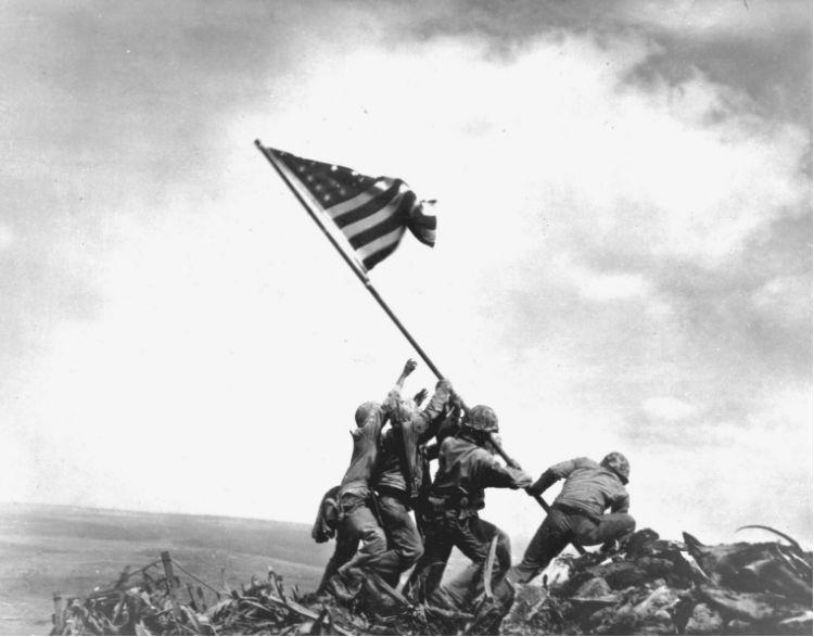Alzando la bandera.