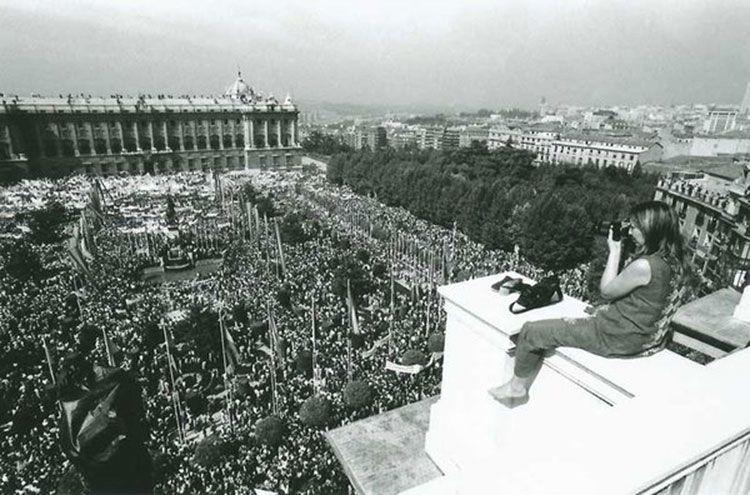 Joana Biarnés, fotoperiodista realilzando una fotografía espectacular