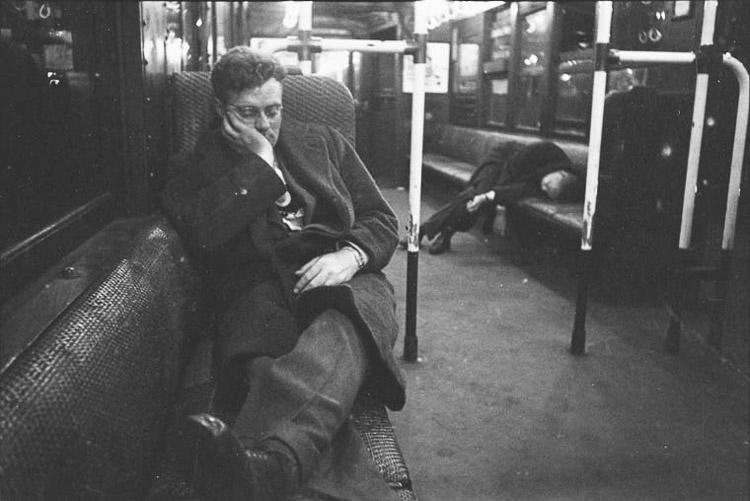 Pasajero durmiendo en el metro de 1946