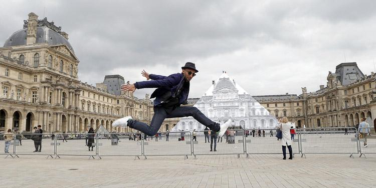La pirámide del Louvre desaparece