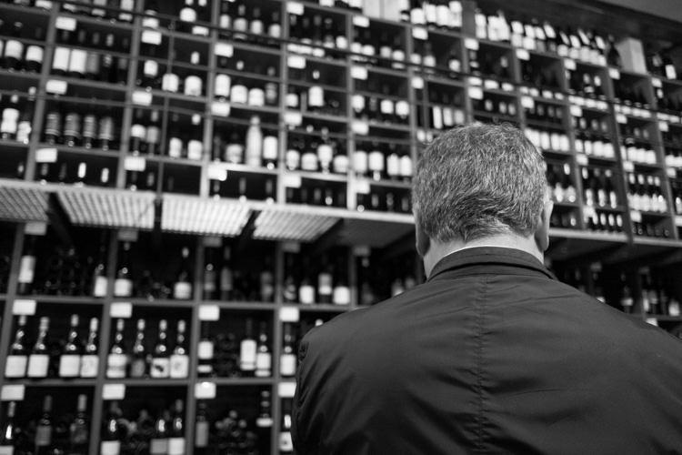 El hombre y sus vinos. Fotografía de Guillermo Ruiz