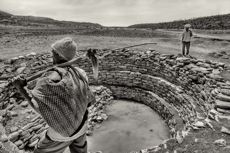 Sequía Etiopía en pozo de agua estancada