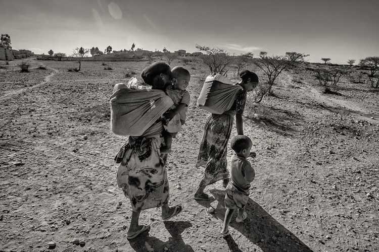 Sequía Etiopía Trayecto a coger agua