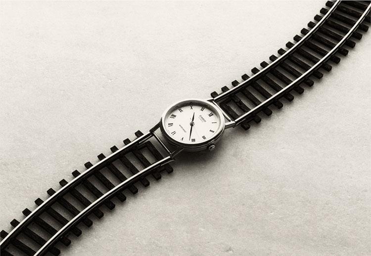 Chema Madoz reloj y vías del tren