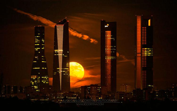 Skyline: Golden Moon por Juan Carlos Cortina