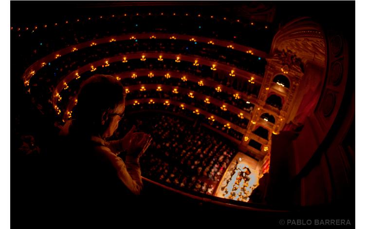 Hombre viendo un teatro desde lo más alto