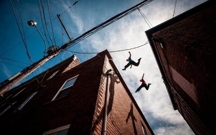 Dos personas saltando en azoteas