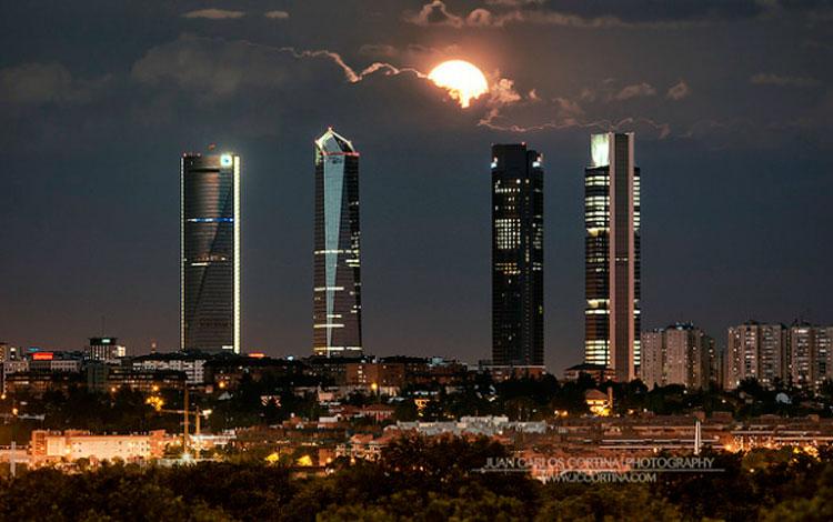 Luna llena de junio sobre el Skyline de Madrid, de Juan Carlos Cortina
