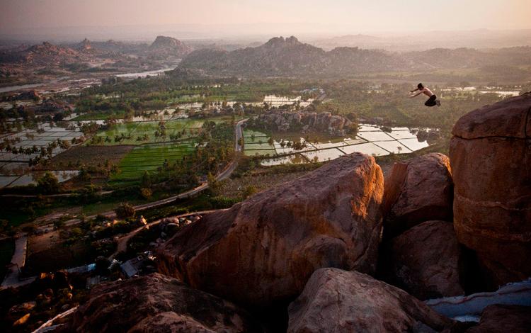 Chico salta entre las rocas