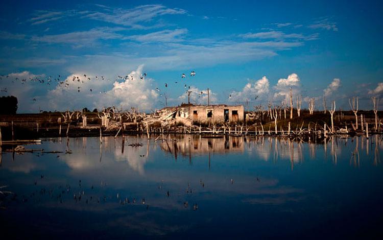 Casa abandonada al borde del mar