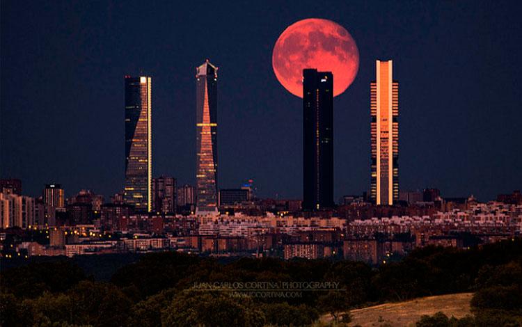 Luna llena de agosto en las cuatro torres del skyline de Madrid, por Juan Carlos Cortina