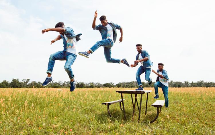 Salto de un chico sobre una mesa en el campo