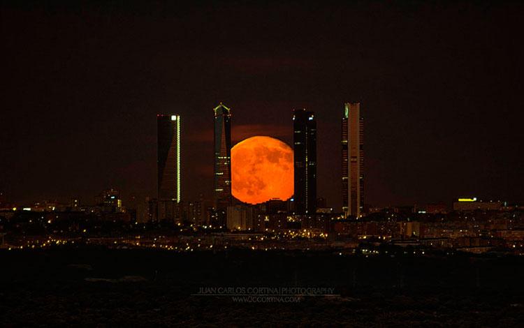 Supermoon. Luna llena de julio en las cuatro torres de Madrid | Juan Carlos Cortina.