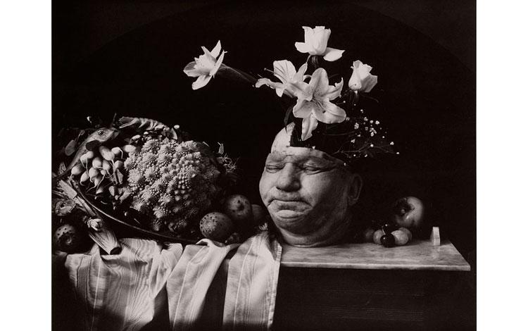 Bodegón de flores y una cabeza