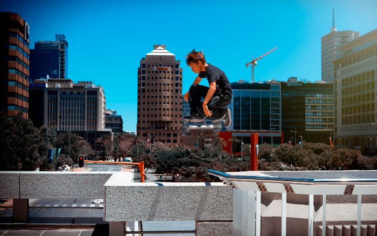Niño saltando en edificios