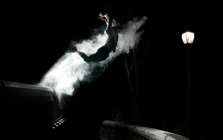 Salto de un chico con humo