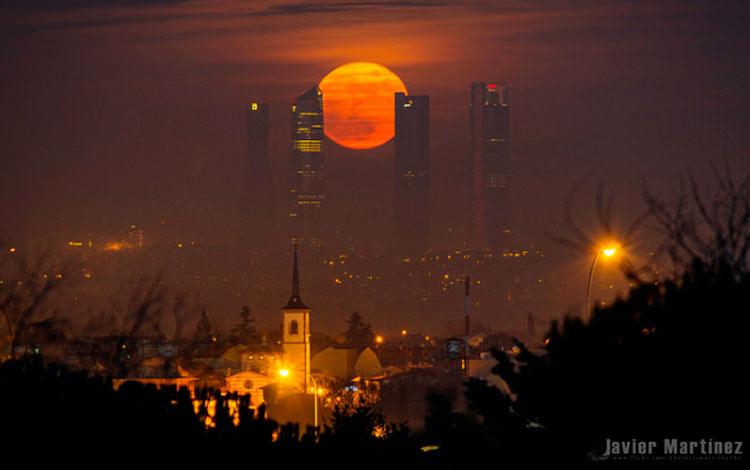 Última luna de 2015 sobre el skyline de Madrid, Javier Martínez Moran