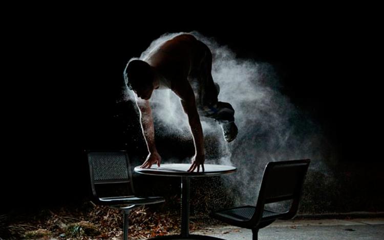 Chico salta una mesa