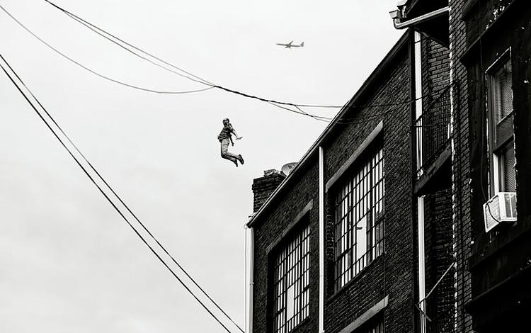 Hombre saltando desde una azotea