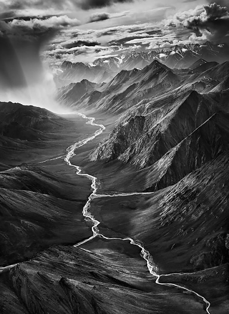 génesis, rio entre montañas en blanco y negro