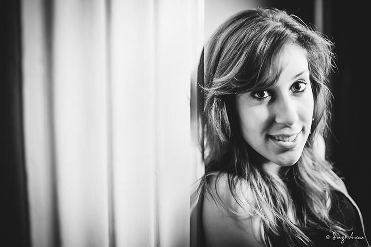 Fotografía en blanco y negro de la cara de una chica