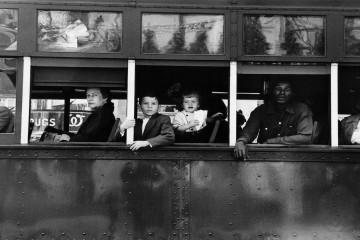 niños dentro de autobús en blanco y negro