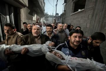 Grupo de hombres lloran por la pérdida de niños en la guerra