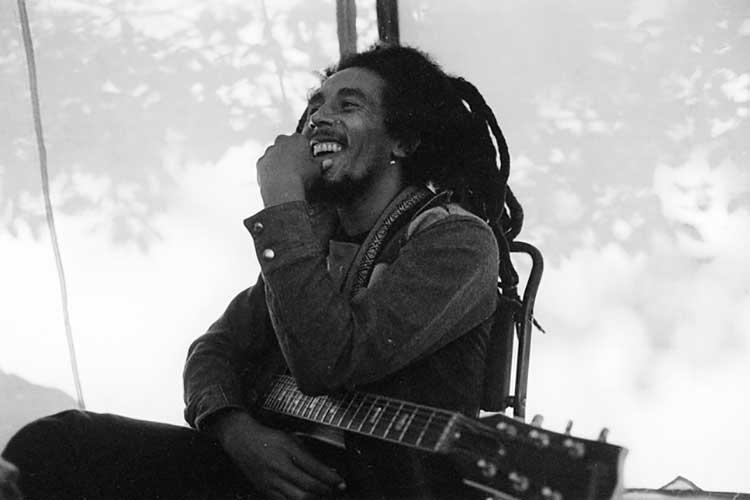 Bob Marley con su guitarra