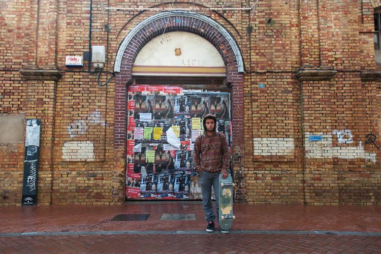 Skater en la puerta de una comisaría