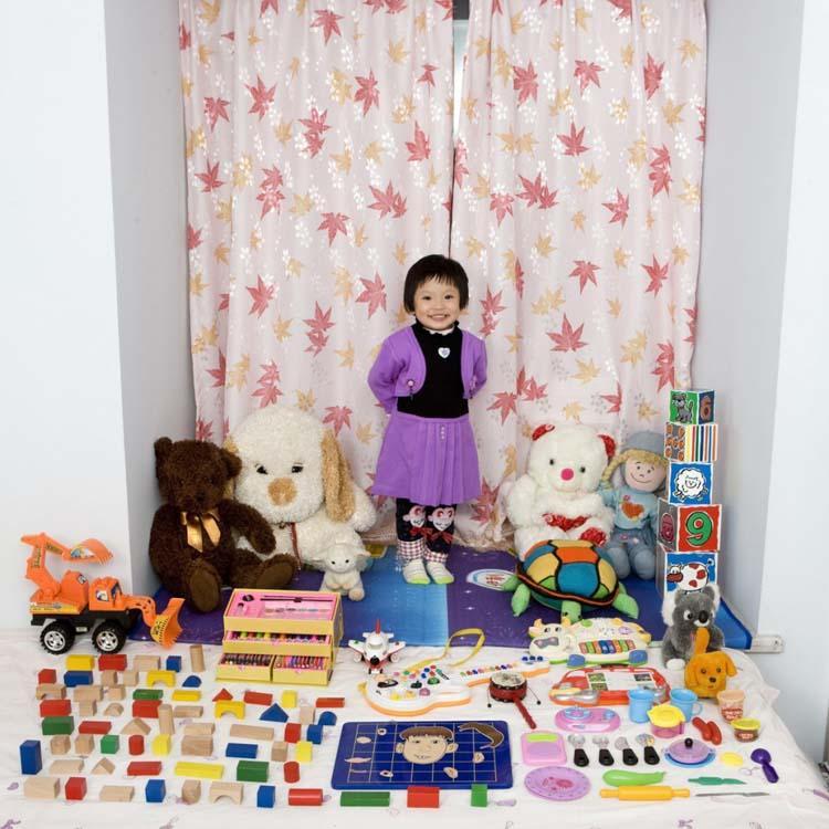 Fotografia de Cun Zi Yi con sus juguetes, China. Gabrielle Galimberti, Toy Stories