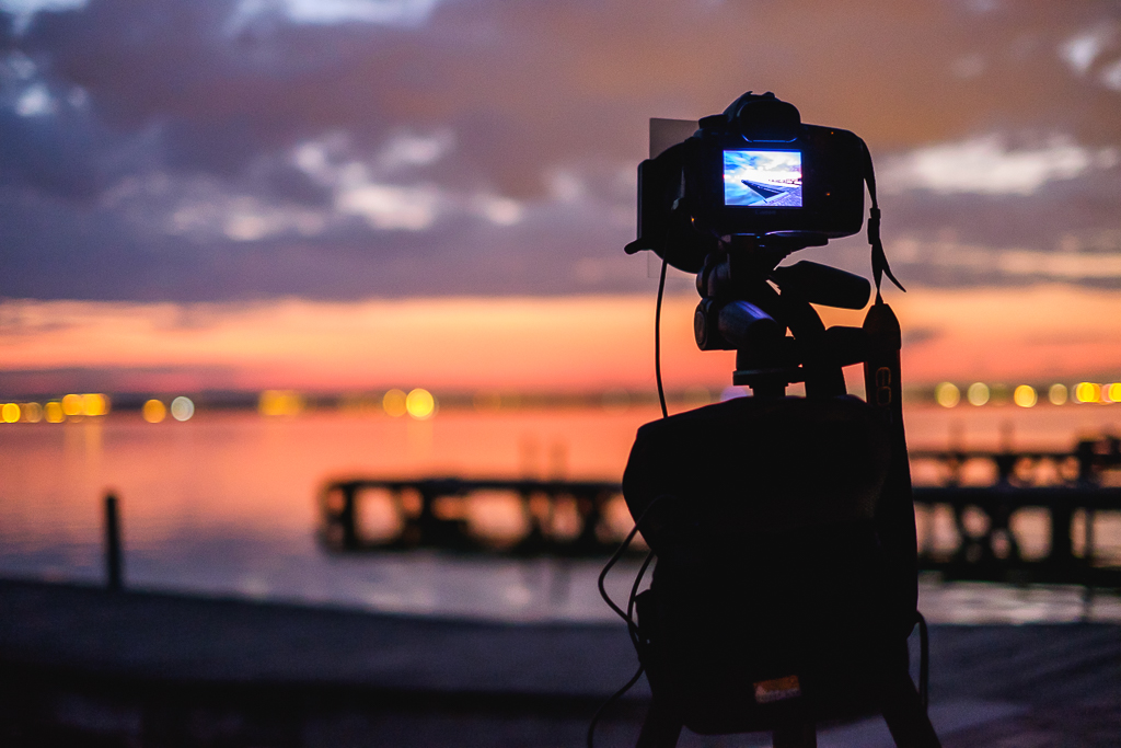 Cámara sobre trípode fotografiando el mar