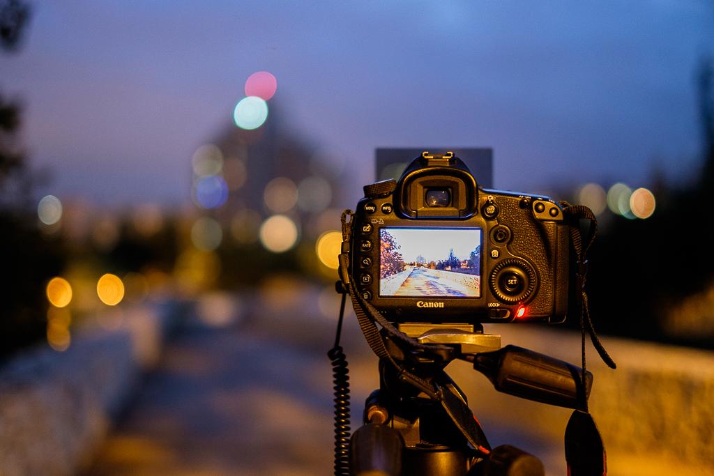 cámara sobre trípode de noche