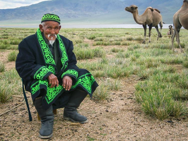 Hombre de mongolia con camellos