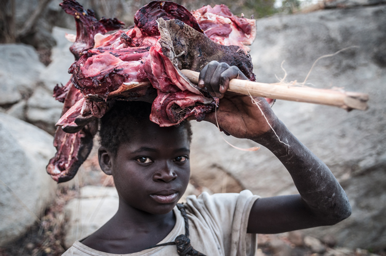 Chica senegalesa portando carne