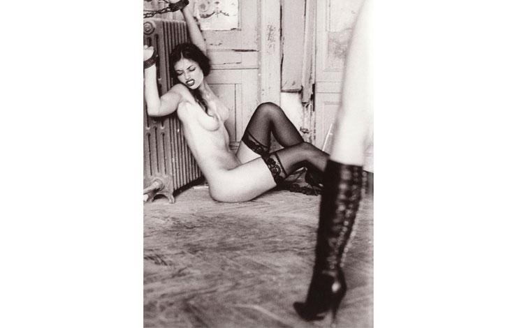 Mujer desnuda atada a un radiador
