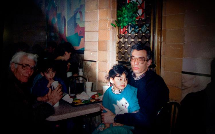 Diana Markosian de pequeña en brazos de su padre