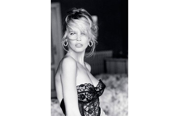 Claudia Schiffer en blanco y negro