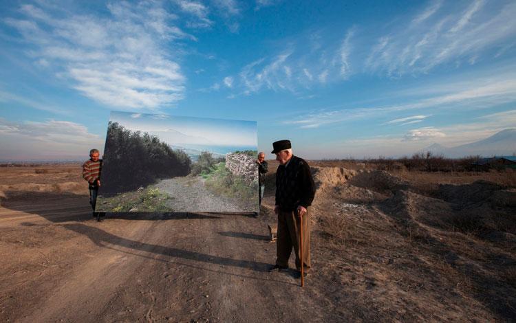 Hombres mayores en el campo con pintura de fondo