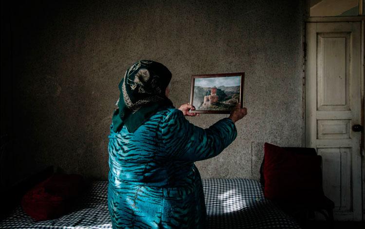 Mujer de espaldas mira un cuadro