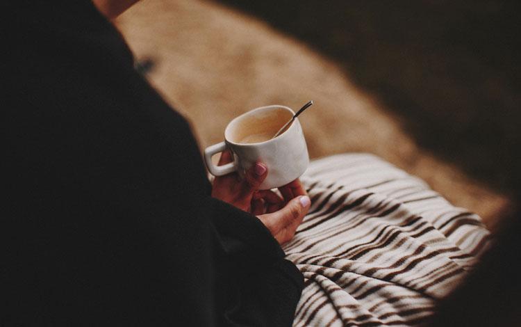 Manos sujetando un café