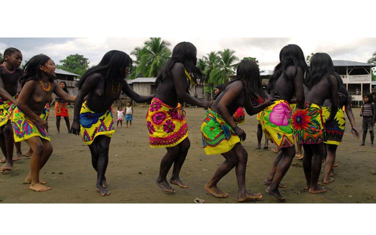 Mujeres de color bailando
