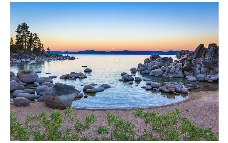 Lago con rocas y arena