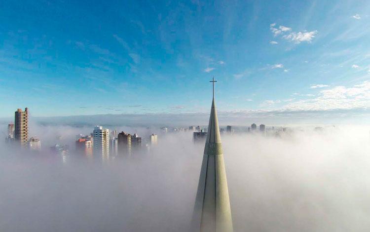 Ciudad brasileña cubierta de nubes