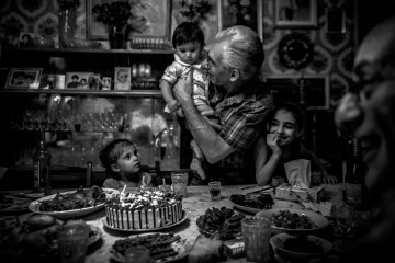 Abuelo sujetando a niño el día de su cumpleaños