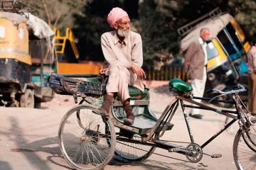 Hombre de la India en su bicicleta