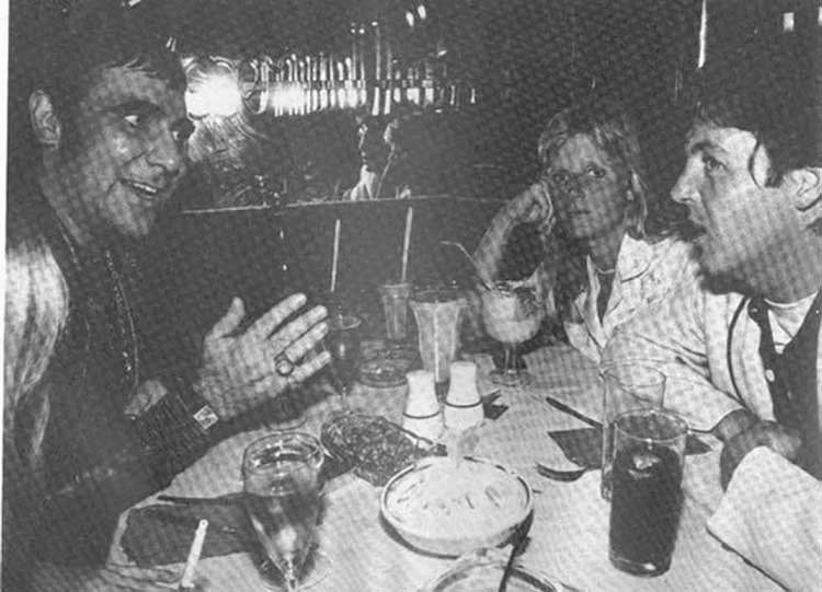 Keith cenando con Paul y Linda