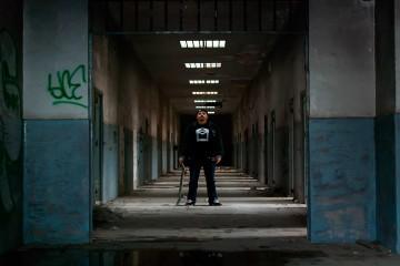 Chico en una cárcel vieja