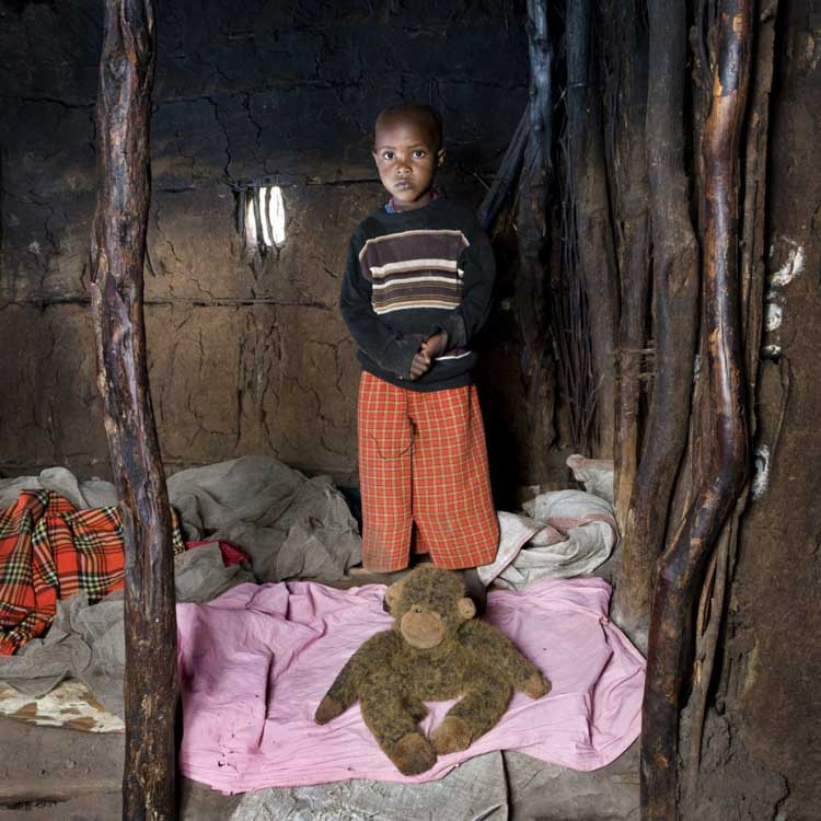 Imgen por Gabriele Galimberti, Toy Stories. Tangawizi, Kenya. Un niño con sus juguetes.